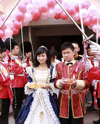 http://2.bp.blogspot.com/-ciwyHAbLjtw/TbuivM4VmcI/AAAAAAAAFMk/e2YhaA_6KoM/s1600/chinese+couple+british+wedding2.jpg
