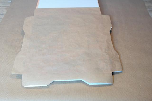 Pizzakarton mit Packpapier bekleben
