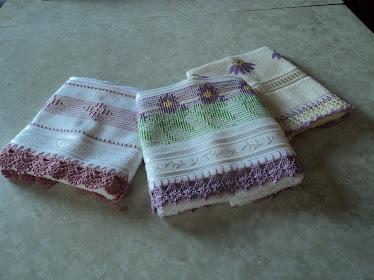 Toalhas de lavabo com ponto oitinho e ponto cruz e barrado de crochê