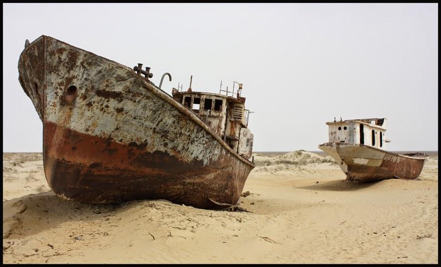Barques sobre el fons del mar sec