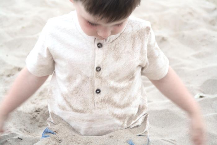 Biobuu. Tienda online de moda infantil sostenible. Sorteo. niños playa arena