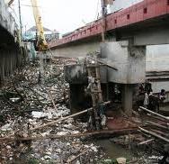 Banyak sampah di kali Ciliwung