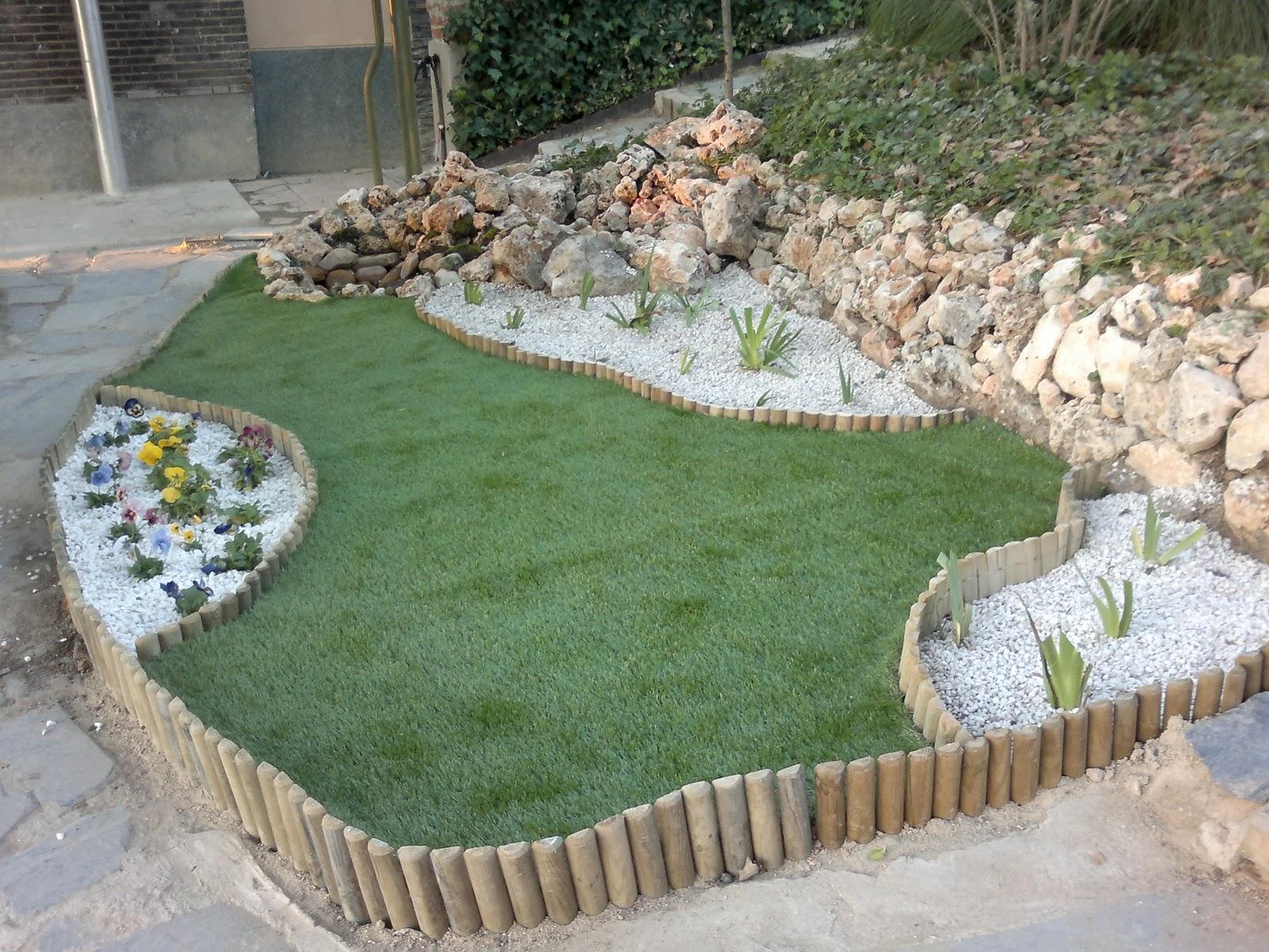 Arte y jardiner a arriate con estanque y c sped artificial for Arriate jardin