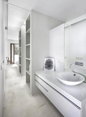 decorar baño estrecho largo