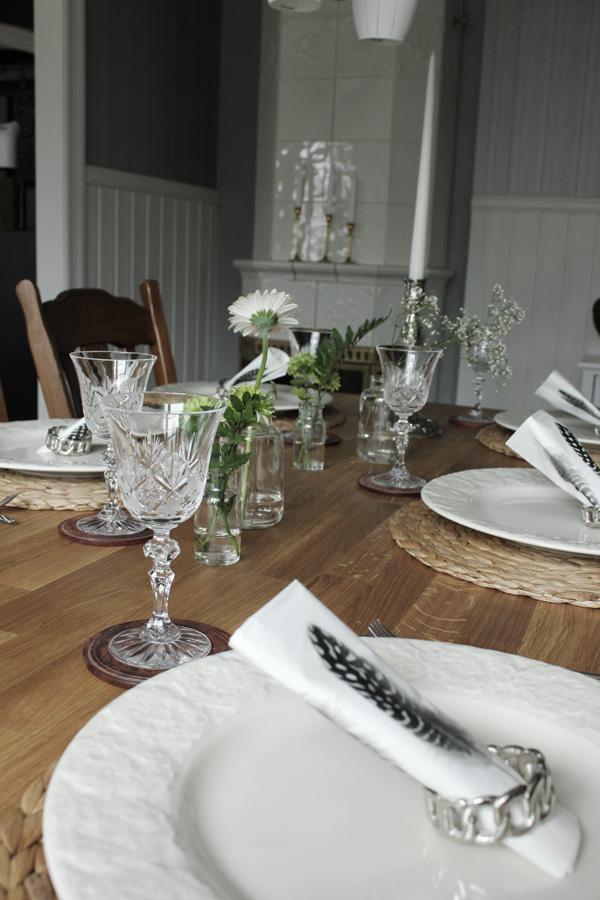 middagsdukning, dukning, vårdukning, servetter med fjäder, servettring silver, tips på dukning, sommardukning, inspiration dukning