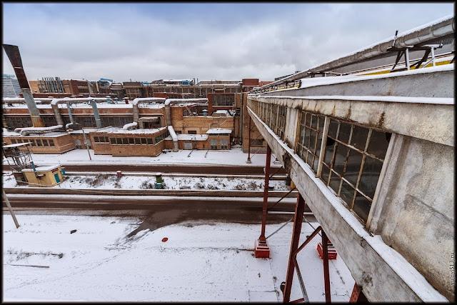 Крыши заваливает снегом