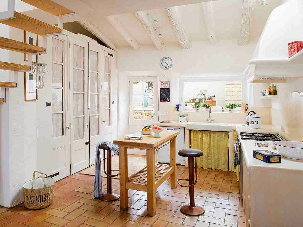 Rustykalna kuchnia, biała kuchnia, białe ściany w kuchni