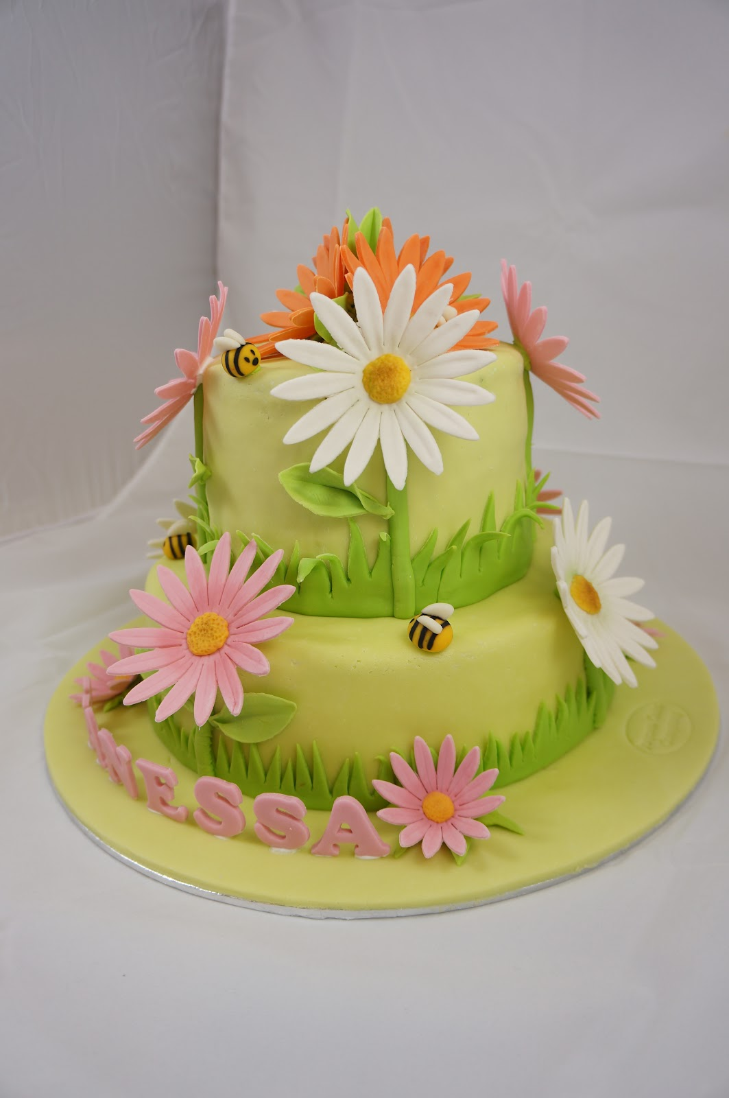 Joyous cake company daisy flower cake my daughter has been changing her mind about her 5 years old birthday cake she has considered tinker bell hello kitty barbie etc etc izmirmasajfo