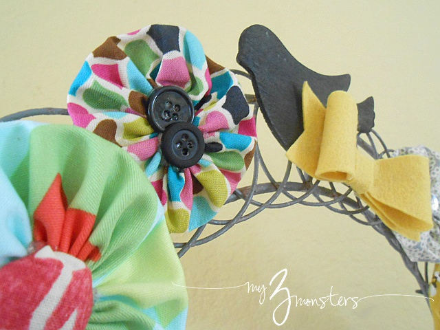 Bright spring yo yo rosette wreath detail