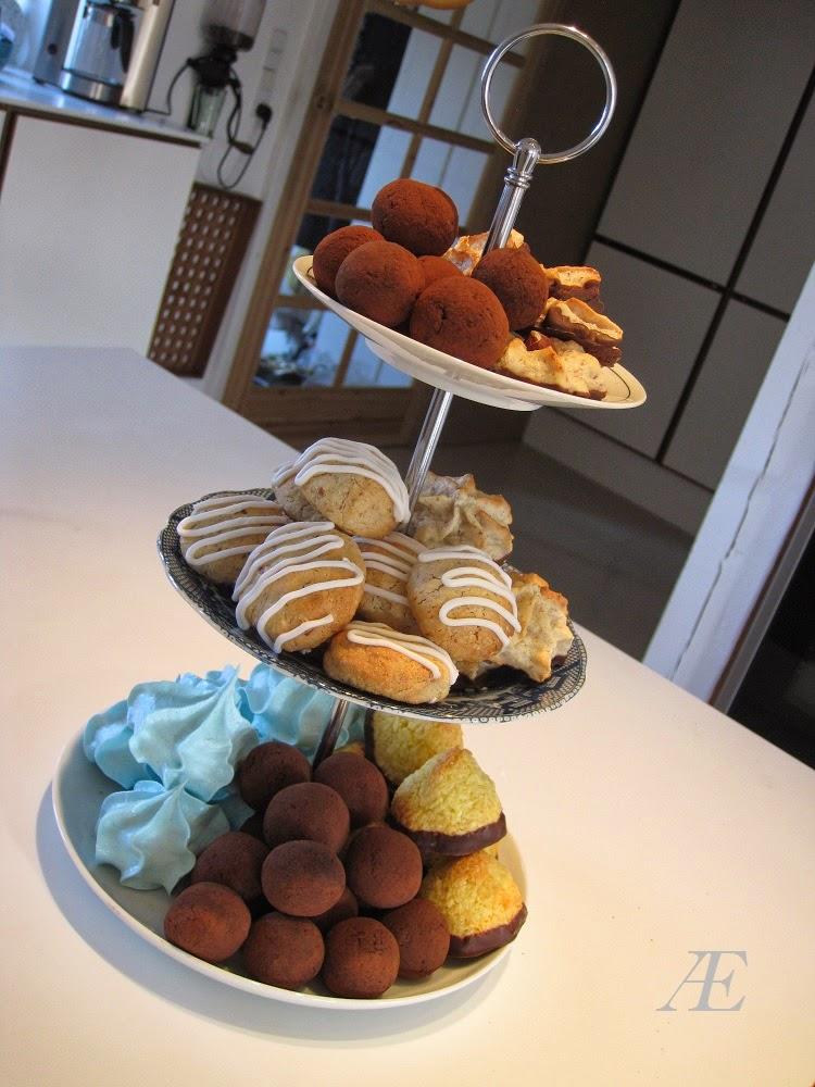DIY, kagefad, 3-delt, tallerkner, genbrug, underkop, porcelæn, håndtag, byg selv, kransekage konfekt, lækre kokostoppe, blå marengs kys, sunde paleo dadel kugler, opskrift, kakao, opskrifter