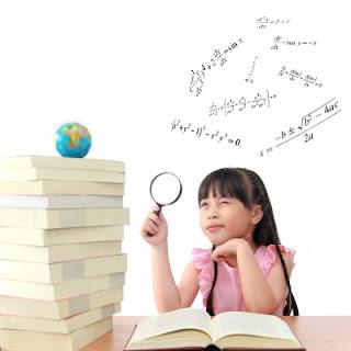 Niña con libros genio estudiante excelente