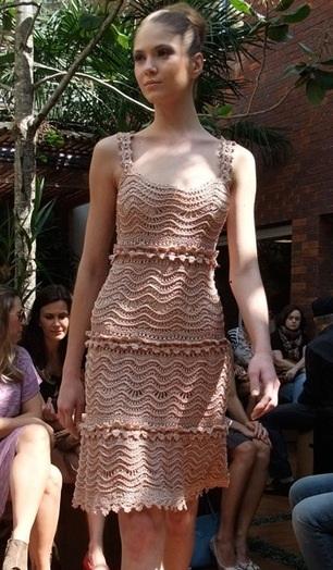 Платье-сарафан крючком узором волна с описанием