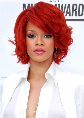 Rihanna kızıl saçlarını omuz hizasına gelecek şekilde katlı ve klasik bir model tercih ederek kestirmiştir.