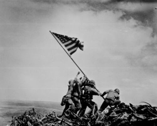 Marines levantando la bandera estadounidense en Iwo Jima (1945)
