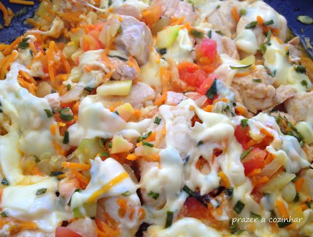 prazer a cozinhar - Peitos de frango com curgete, cenoura, tomate e queijo
