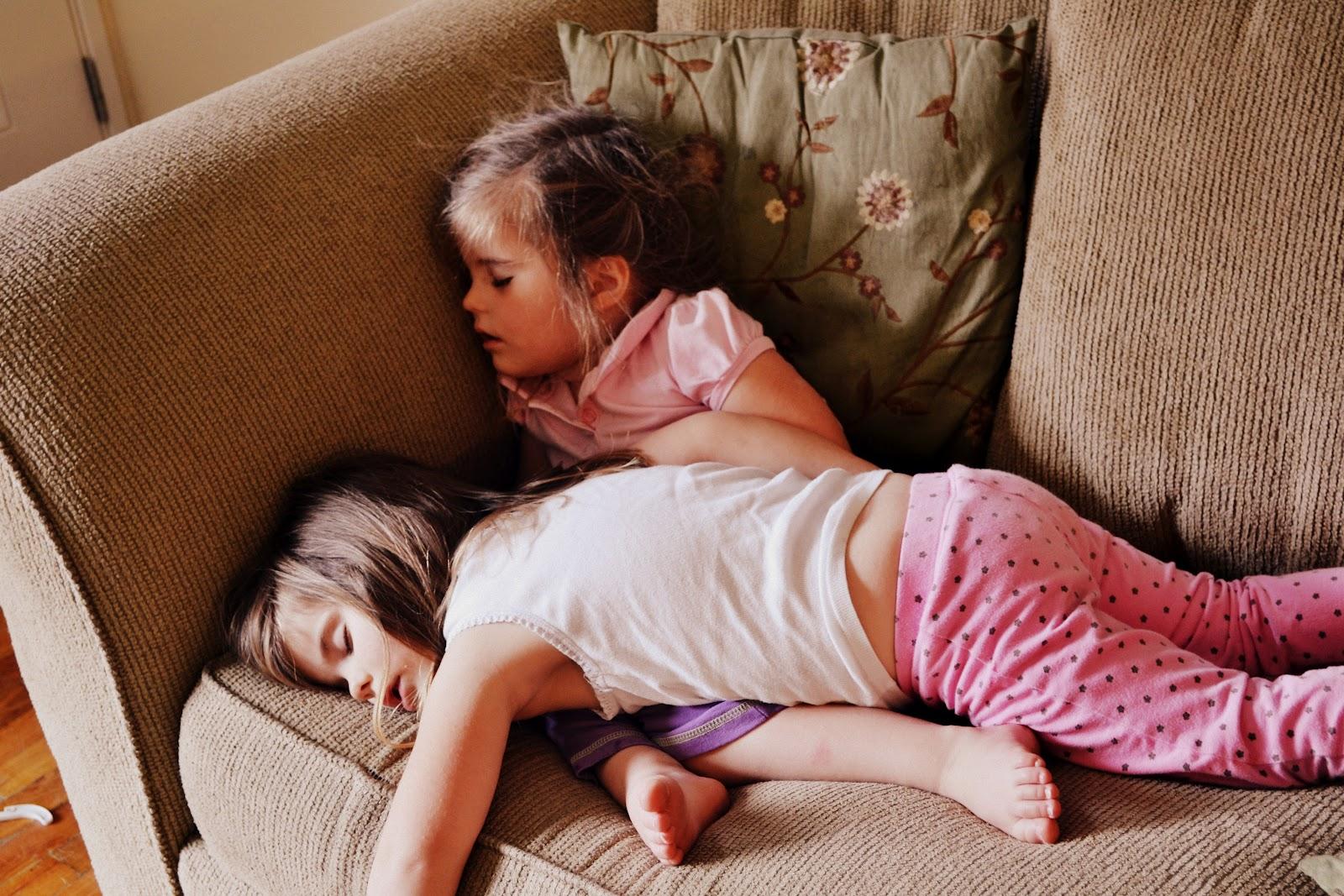 Фото инцеста с отчимом, Инцест фото отец с матерью трахнули дочку на диване 2 фотография