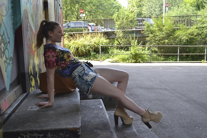 topshop floral shirt, pull & bear jean shorts, jeffrey campbell lita, menina elegante