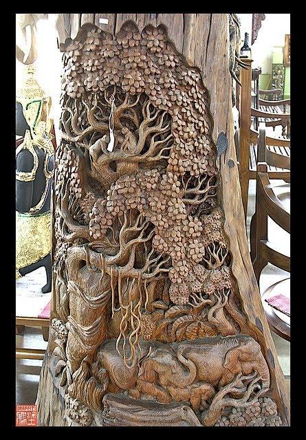 Estatua de madera con grabado
