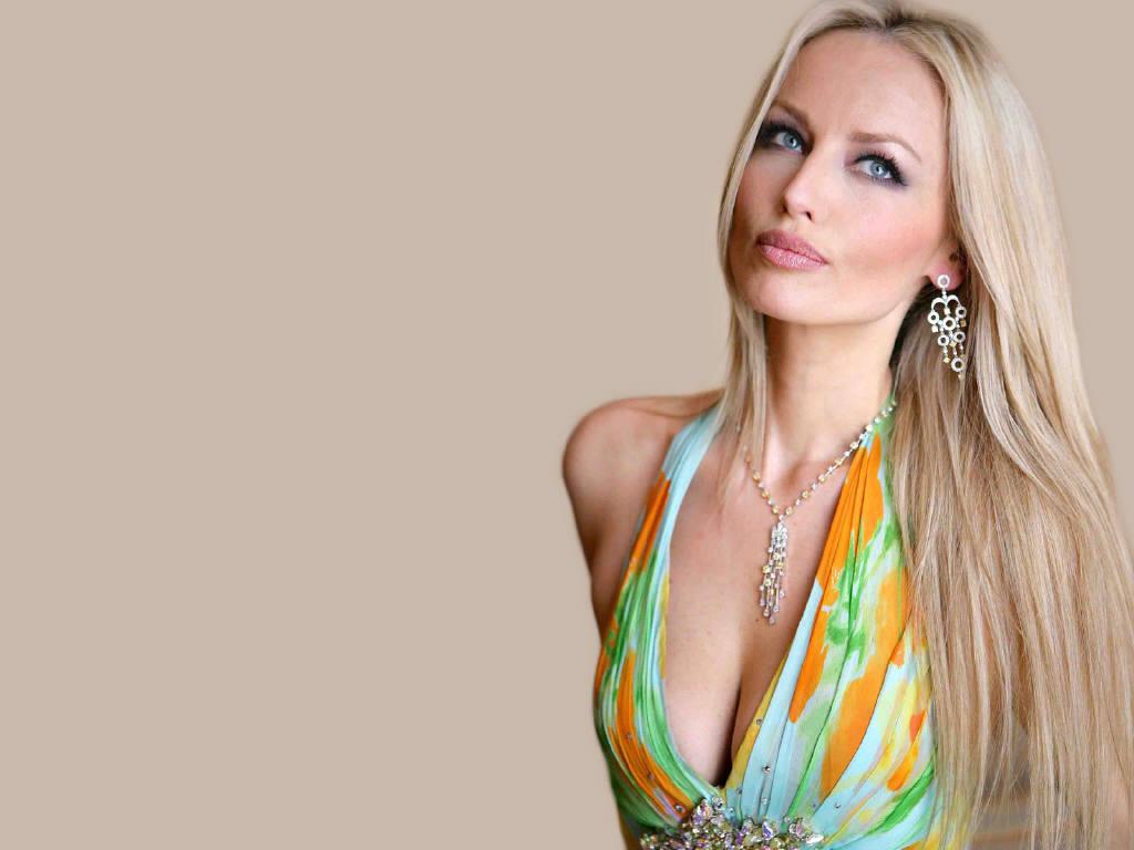 http://2.bp.blogspot.com/-cpegAyGSy1s/Tc6hsTFU_EI/AAAAAAAAM4g/r5Yx6obD5dg/s1600/Adriana%2BKarembeu1.jpg