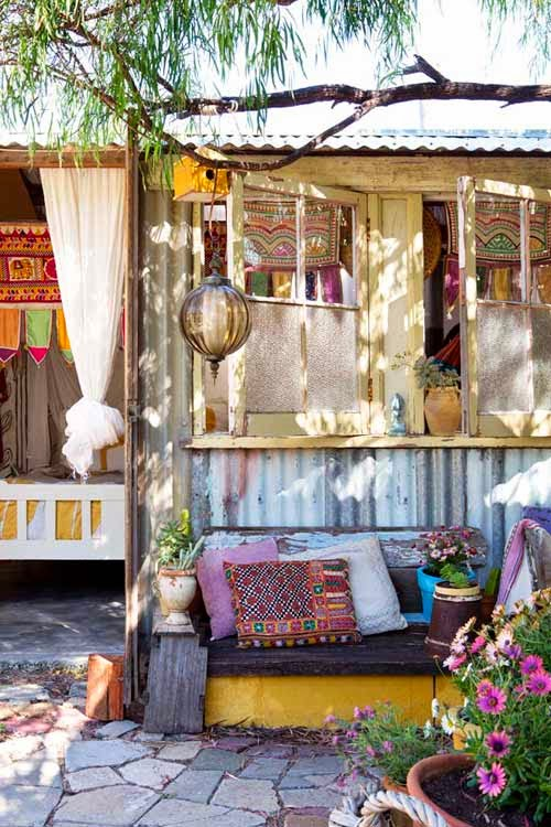 Un jard n con caravana hippie a garden with a hippie for Como decorar mi living con poca plata