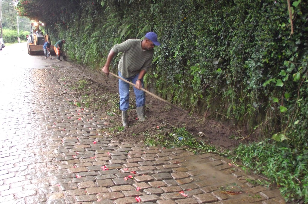 Capina e limpeza em trechos da Estrada José Gomes da Costa Jr.