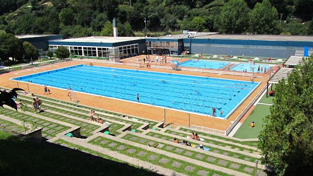 barakaldo rectifica y mantiene abiertas las piscinas