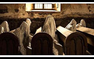 A cidade de Lukova, na República Checa, abriga o que pode ser considerada a igreja mais assustadora do mundo. Construída em 1352, igreja de Saint George caiu em desuso a partir de 1968, quando o telhado desabou durante um funeral.