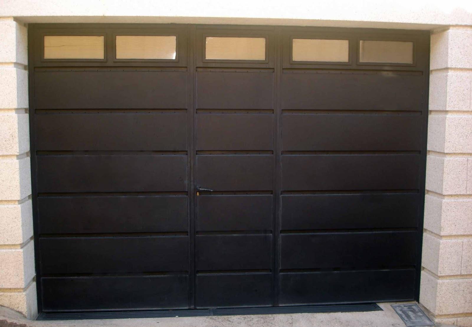 El hecho de que las puertas de metal tienen una veta de for Puertas de madera para garage