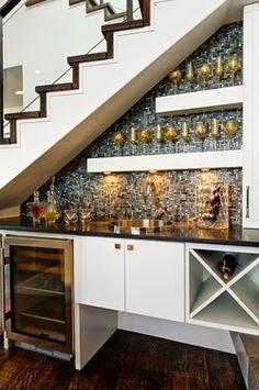 Aprovechar hueco de escalera, barra de bar.