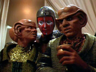 Quark and Pel speak with one of the Dosi, a Gamma Quadrant race come to trade.