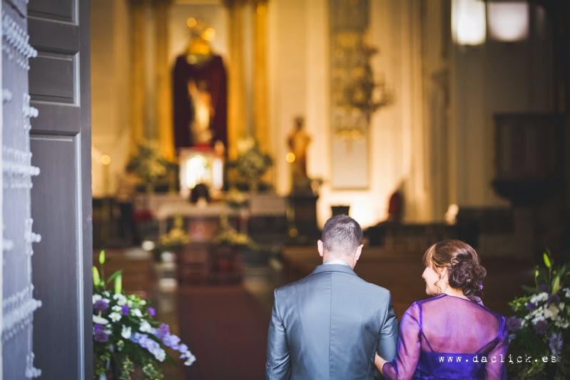 entrada a la iglesia del novio con su madre