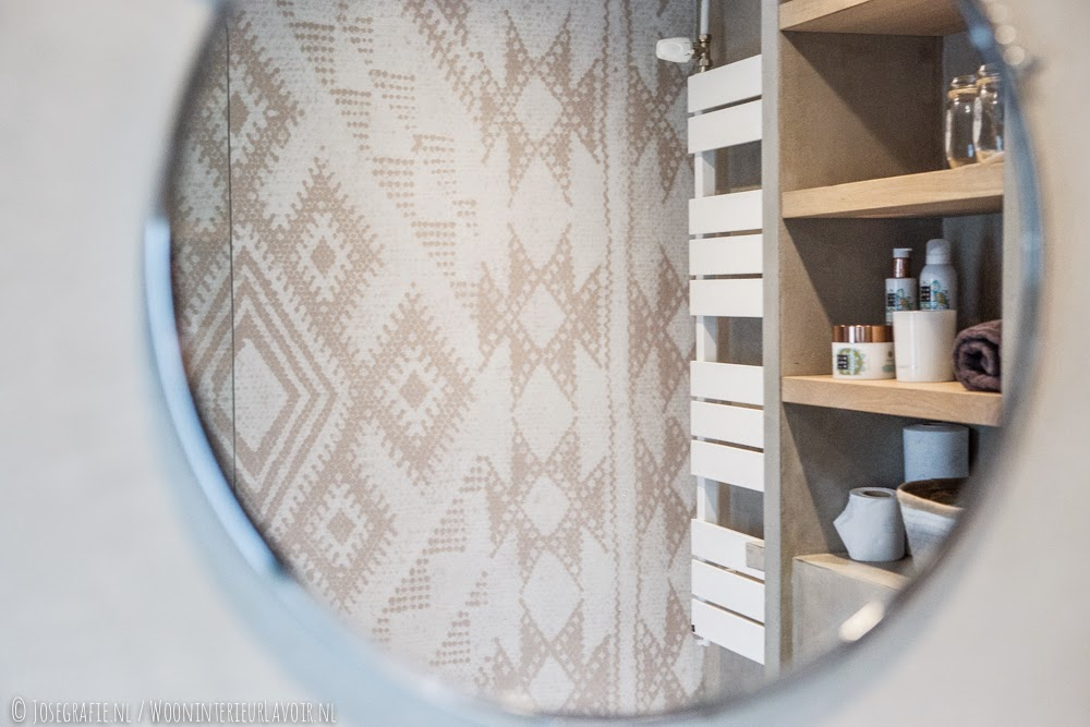 Wooninterieur lavoir binnenkijken badkamer met ons behang van wall deco - Kleur wc deco ...