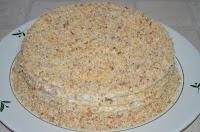 Творожный Наполеон: Торт посыпать крошкой из коржа и орехов