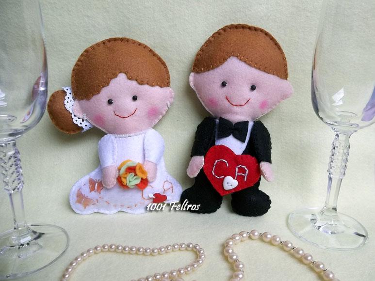 de noivinhos confeccionados em feltro para enfeitar o casamento