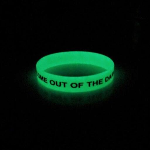 Échantillon Gratuit Bracelet qui s'allume dans le noir de Come Out of the Dark