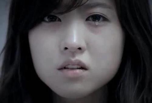 em chỉ cúi mặt, đôi mắt đỏ hoe nhưng không khóc cũng không phân trần gì hết