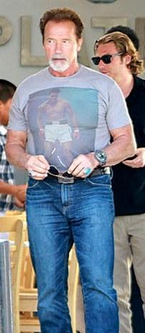 Arnold Schwarzenegger con bigote y barba blanca