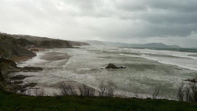 temporal de olas y viento en sopelana 02