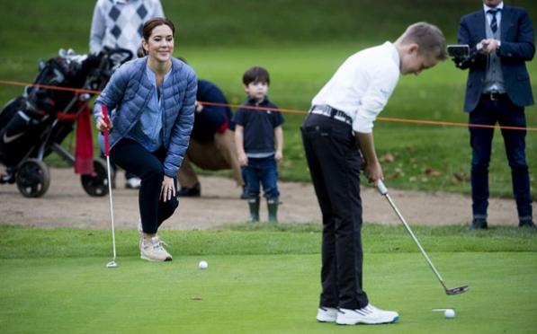 Hier, la Princesse Mary s'est rendue au Asserbo Golf Club pour remettre un prix à un golfeur junior avec qui elle a joué.