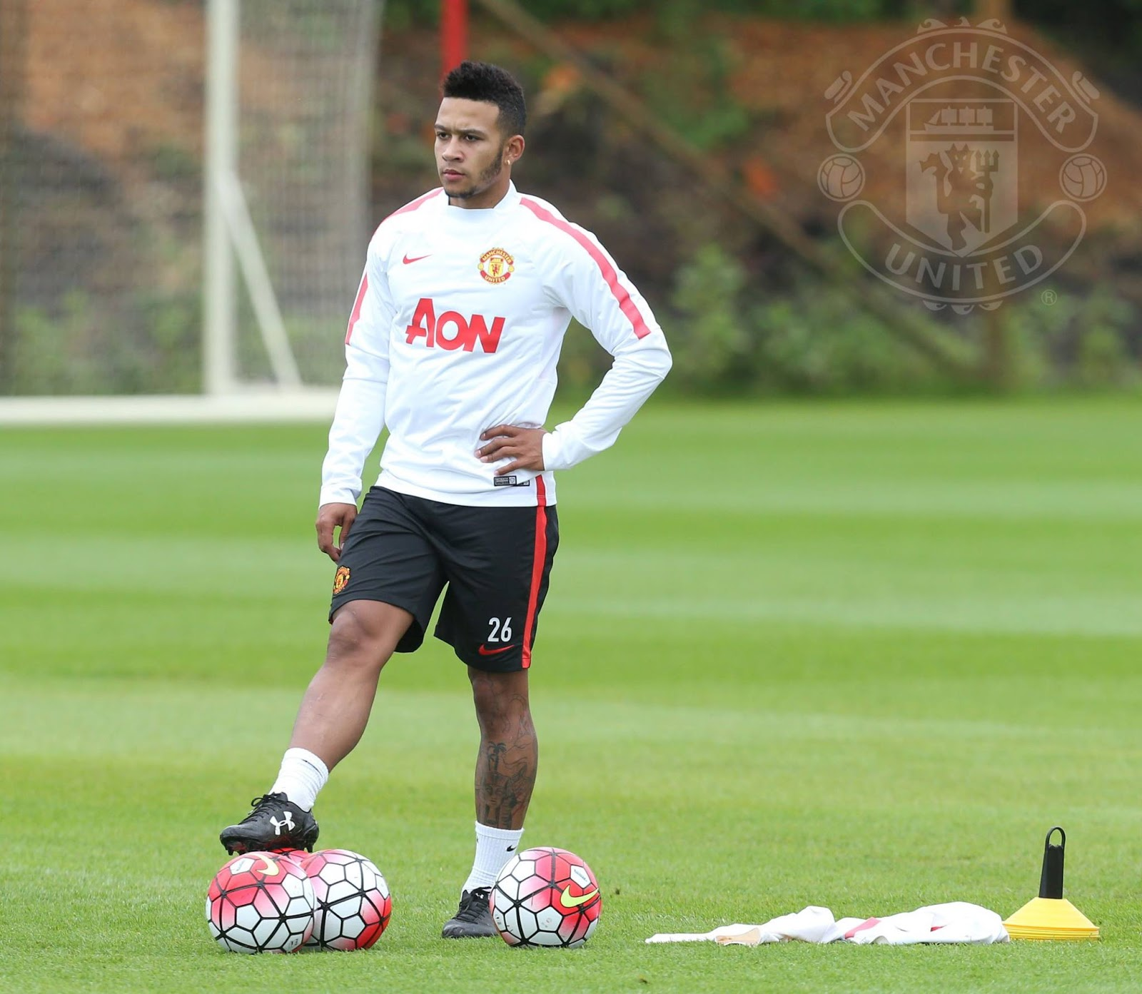 memphis depay trains in under armour leather boots in. Black Bedroom Furniture Sets. Home Design Ideas