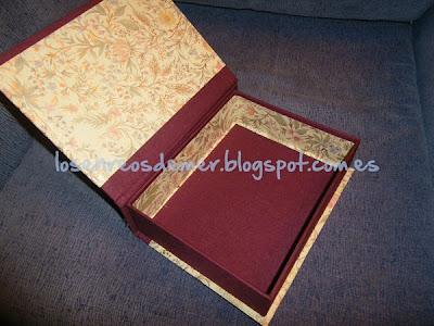 Interior de caja libro realizada con la técnica del cartonaje