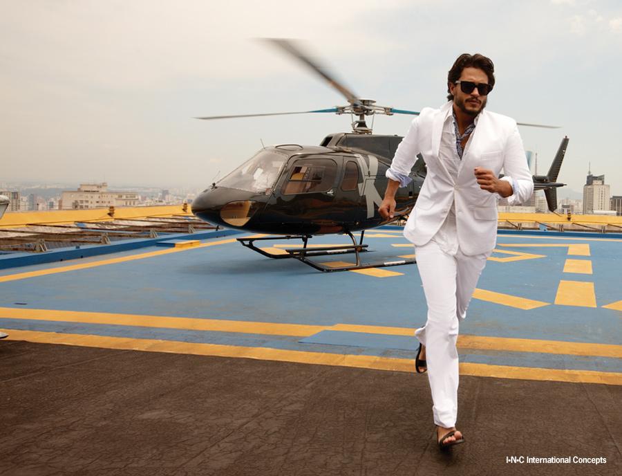Raphael Viana no heliponto de um prédio em foto para o catálogo da Macy's