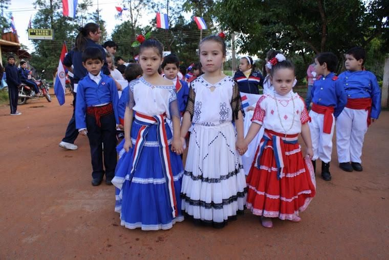 Niños y niñas de la Esc. Alejo García en marcha por la Independencia, 1811-2011