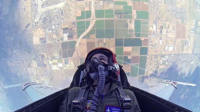 Este tipo consiguió viajar en un F16 así que llevo una cámara de video con él
