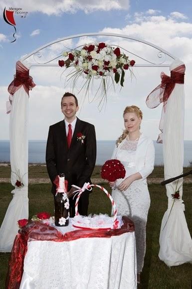 щастливи младоженци на сватбената си церемония