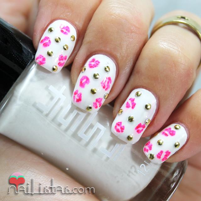 Uñas decoradas con tachuelas y besos | Nail Art