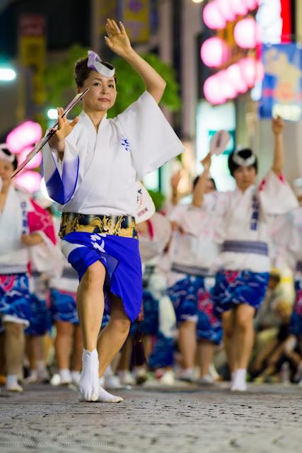 三鷹阿波踊り はな親連の女性の男踊り