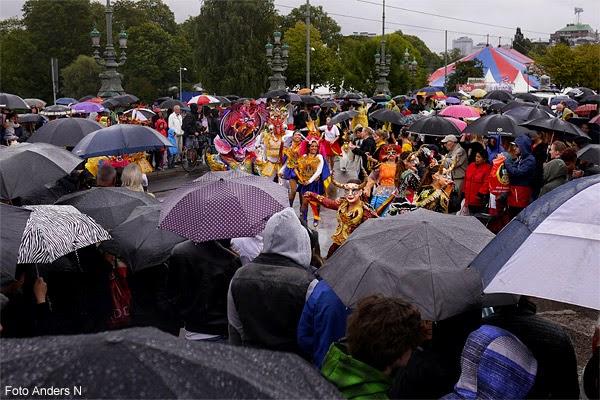 hammarkullen, karneval, karnevalståg, hammarkullekarnevalen, kulturkalaset, 2014, vått, paraply, paraplyer, samba