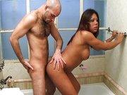 Comendo a travesti no banho