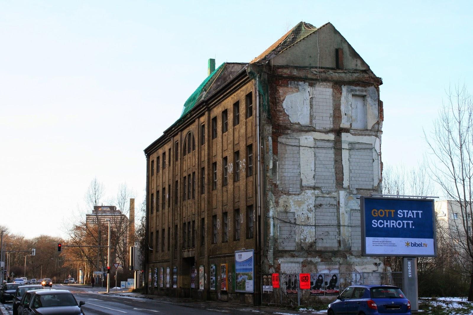 """Bei diesem langsam verfallenden Gebäude am Täubchenweg 17 im Stadtteil Reudnitz-Thonberg handelt es sich offenbar um das ehemalige """"Bibliographische Institut"""" der Stadt, bzw. VEB Leipziger Druckhaus - das Haus ist wahrscheinlich um 1910 erbaut worden"""